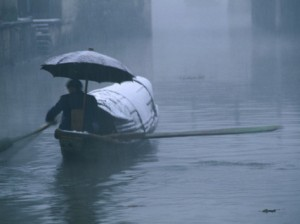 keren-su-man-rowing-his-bamboo-boat-in-a-snow-storm-shaoxing-china
